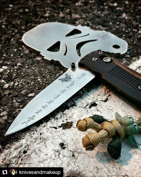 Benchmade - Love the Nerdism by the Lady of EDC. ---------- #Repost knivesandmakeup ・・・ Sunday Sk8 Carry. I'm digging this new Yoda paracord buddy from carrysmarter. He...