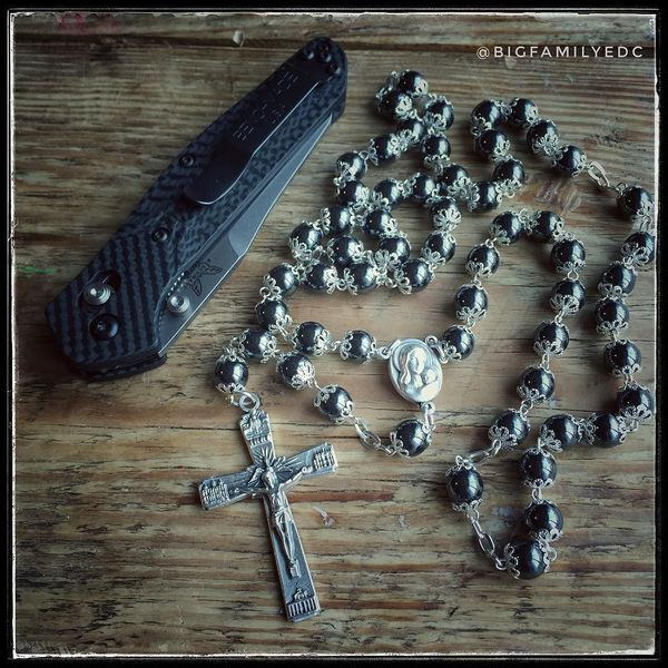Benchmade - Hematite stone rosary and carbon fiber Osborne ✝️🔪👌🏼 . . #hematitestone #hematite #rosary #catholic #carbonfiber #carbonfiberknife #carbonfiberscales...